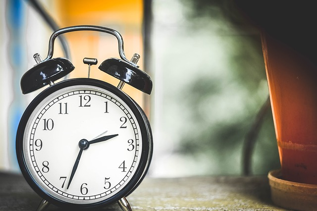 Früher aufstehen und energisch in den Tag starten! So klappt es!